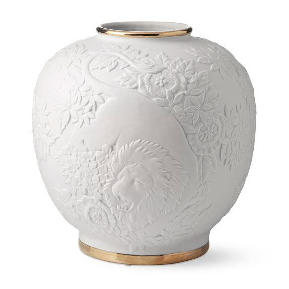 Lion Relief Ceramic Vase 5 Luxury Gifts to Surprise Your Love